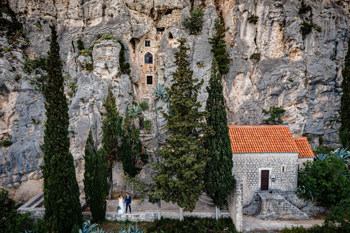 Brautpaar vor Felsenwand bei Hochzeit in Kroatien