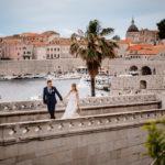 Brautpaar auf Brücke bei Hochzeit in Kroatien