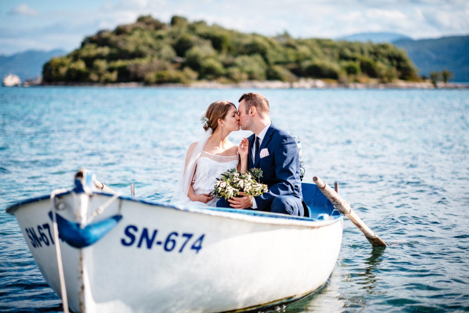Hochzeitskuss Brautpaar im Boot im Wasser in Kroatien