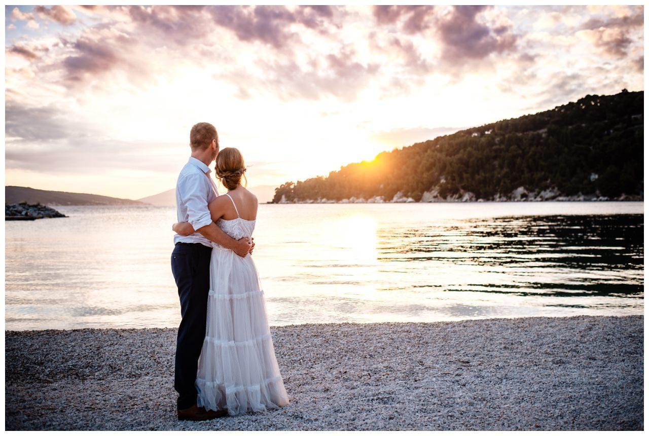 Brautpaar am Strand bei Hochzeit Sonnenuntergang in Kroatien