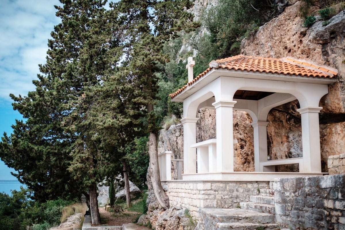 Kirche an Felsenwand in Kroatien