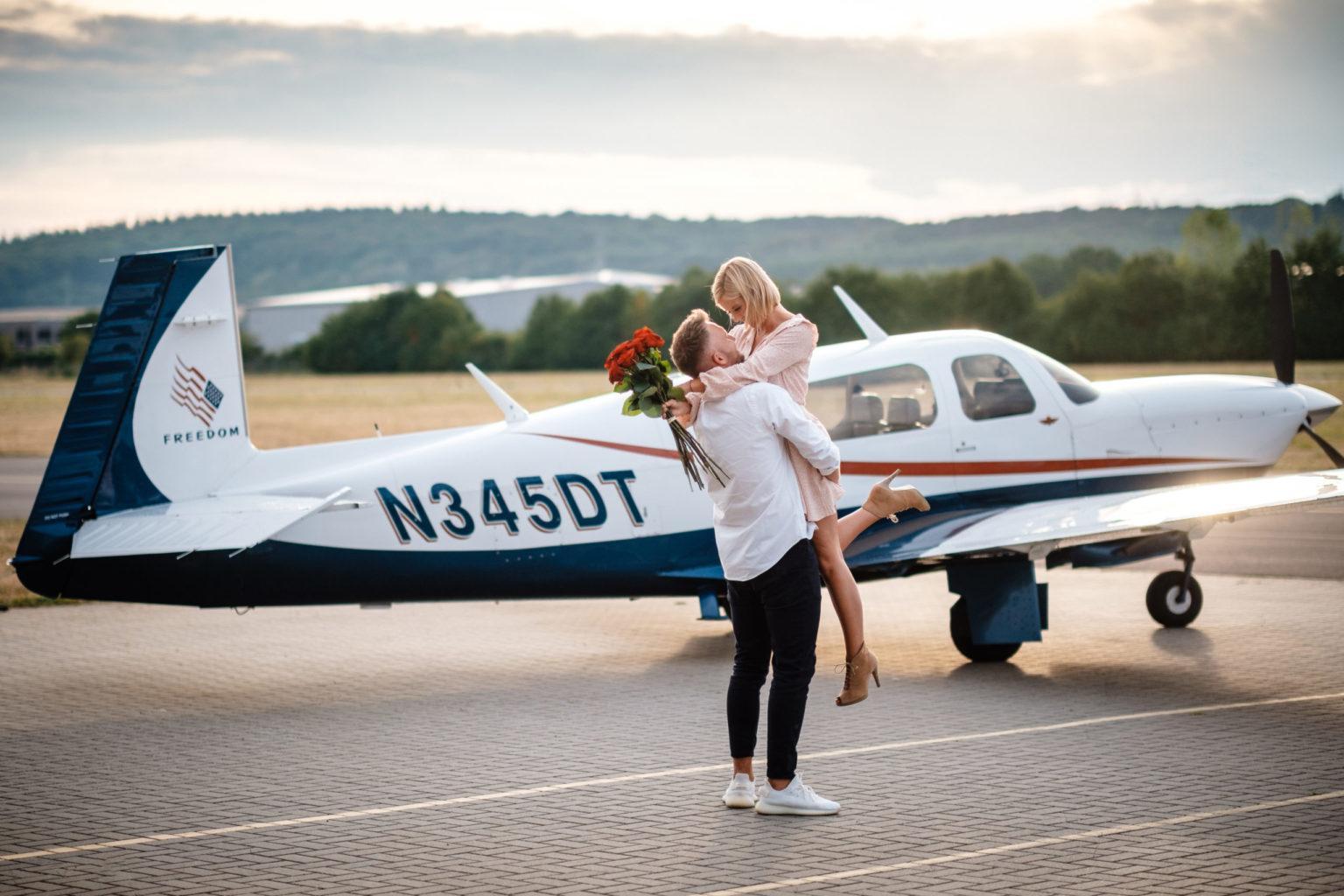 Brautpaar vor Privatflieger für Hochzeit in Kroatien