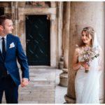Brautpaar in Kunstpalast bei Hochzeit in Kroatien in Split