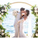 Brautpaar unter Traubogen bei Hochzeit in Kroatien in Split