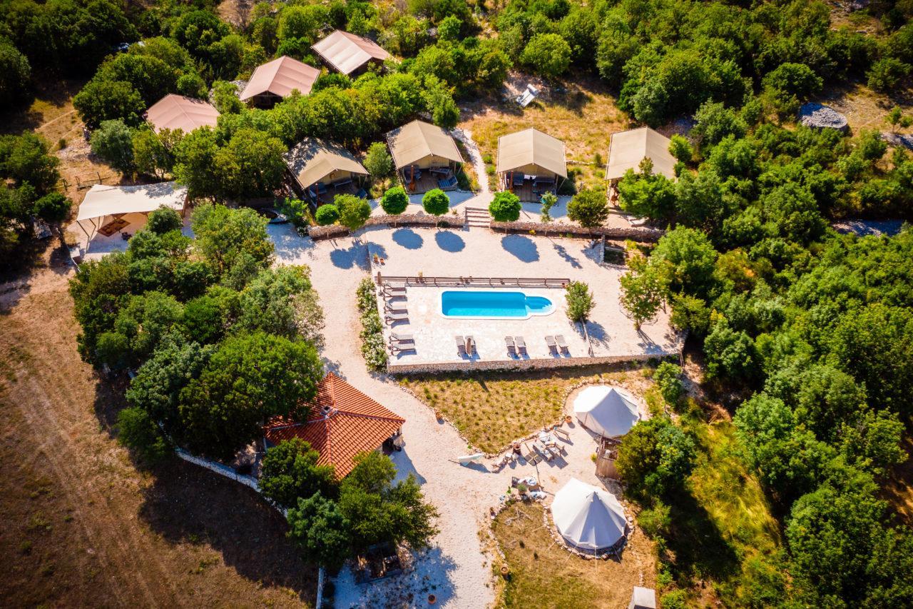 Hochzeit in Nano Ban Glamping Heiraten im freien Hochzeitslocation Location in Kroatien mit Pool und Bergen