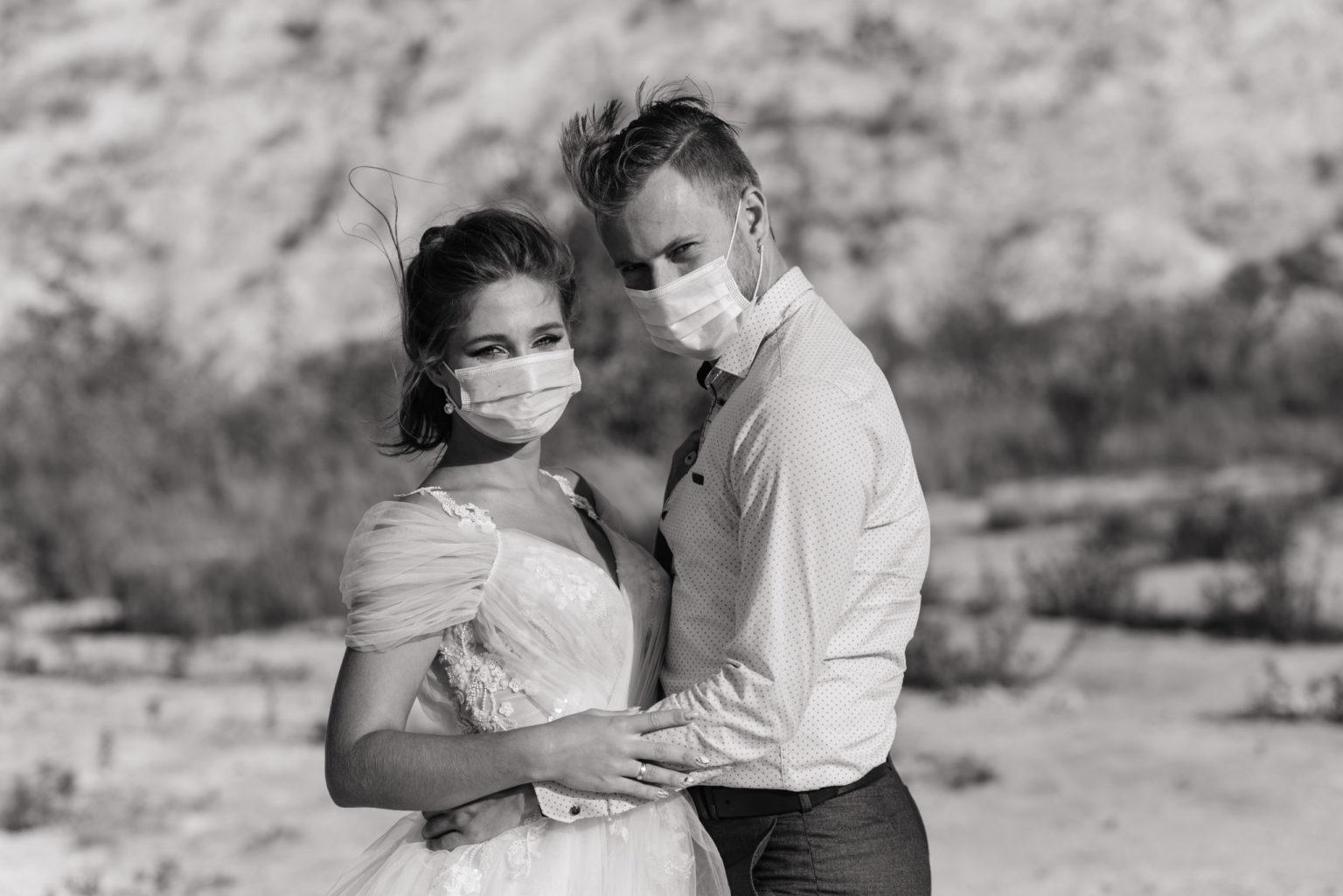 Hochzeit verschieben in Kroatien wegen Corona Brautpaar mit Masken